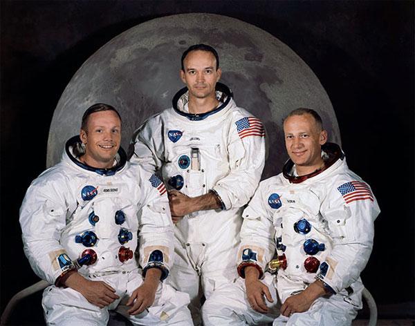 Ba phi hành gia đổ bộ lên Mặt trăng.