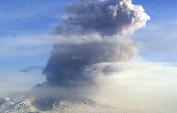 Núi lửa phun cột tro bụi cao 11km