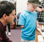 Lắp tay giả 3D cho bé 6 tuổi