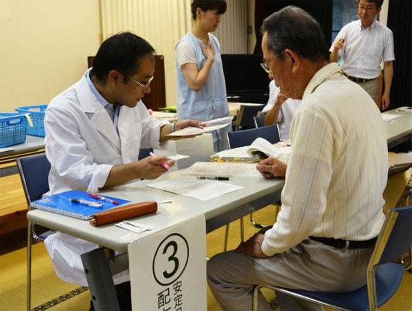 Người Nhật được phân phát thuốc chống nhiễm xạ