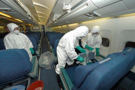 """Virus nhiễm """"10 người, chết 9"""" dễ lây lan trên máy bay?"""