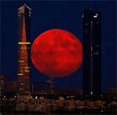 Siêu trăng đỏ rực trên bầu trời Tây Ban Nha
