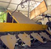 Thợ cơ khí chế tạo máy gặt lúa từ đồ phế thải
