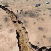 Kinh ngạc mặt đất bỗng nứt toác ở Mexico