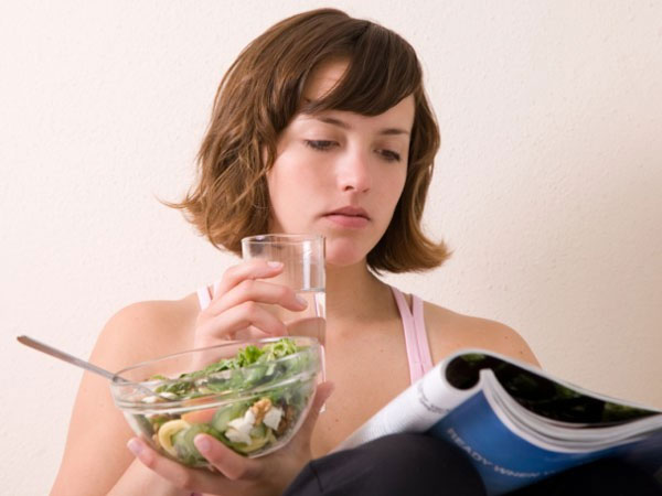 Ghi nhận mới về thói quen uống nước trong khi ăn
