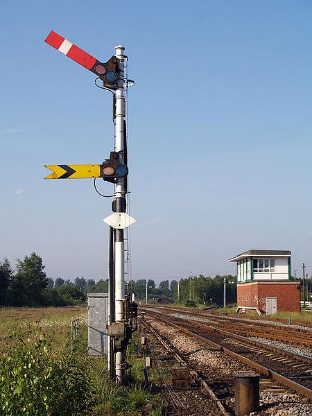 Hình ảnh trụ đèn báo tín hiệu hiện đại trong ngành đường sắt