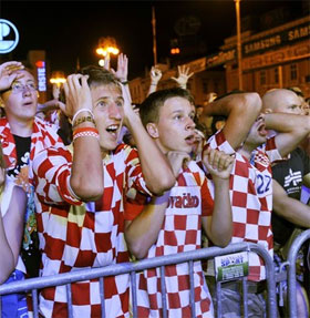 Vì sao con người phát cuồng vì bóng đá?
