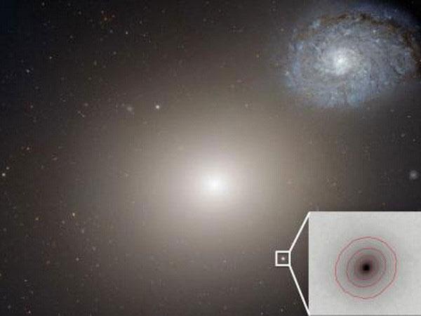"""Phát hiện hố đen """"khủng"""" nằm trong thiên hà tí hon"""