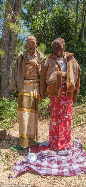 Tục đào mộ, mặc quần áo mới và rước người chết quanh làng