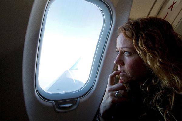 Mở tấm che cửa sổ trước khi cất/hạ cánh là giai đoạn quan trọng trong mỗi chuyến bay