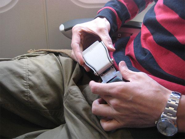 Dây an toàn giúp giữ cố định cơ thể với ghế và giảm thiểu chấn thương khi máy bay bị dằn xóc hay va chạm.