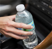 Không nên uống nước đóng chai để lâu ở chỗ nắng nóng