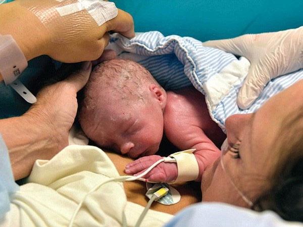 Người đầu tiên sinh con bằng tử cung được cấy ghép