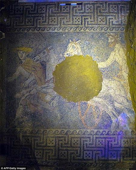 Khai quật bức tranh khảm trong hầm mộ Hy Lạp