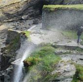 Video: Kỳ lạ thác nước chảy ngược