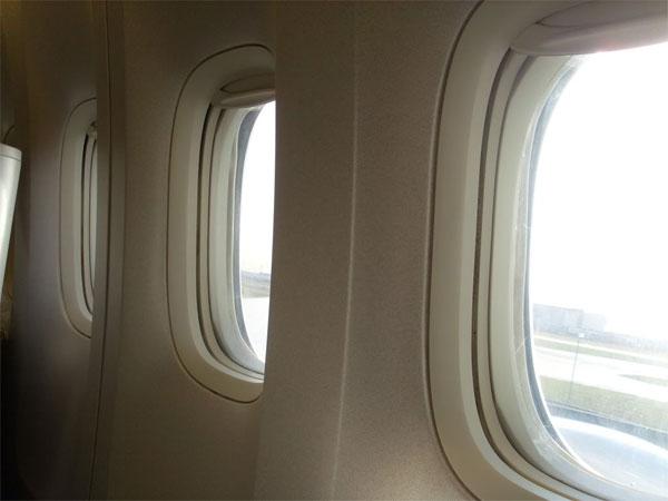 Vì sao khi cất và hạ cánh, máy bay phải nâng chớp cửa sổ?