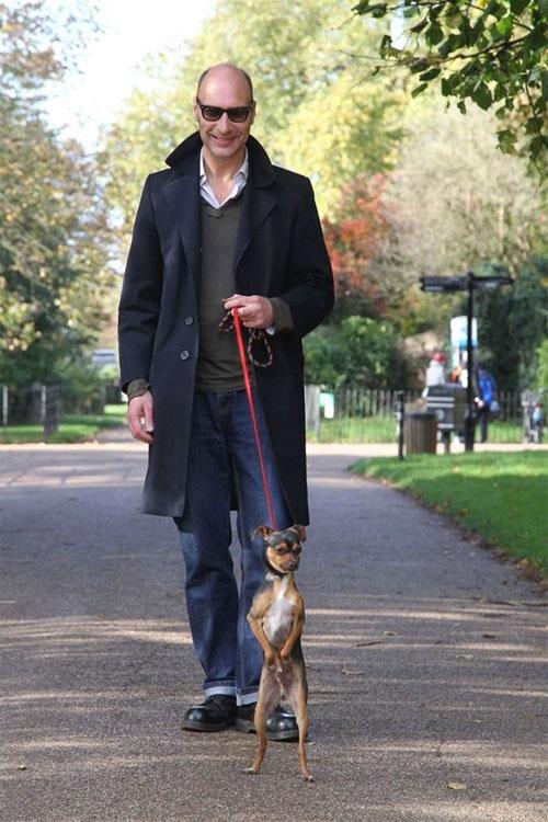 Kỳ quái chú chó thích đi hai chân vì muốn làm chồn đất