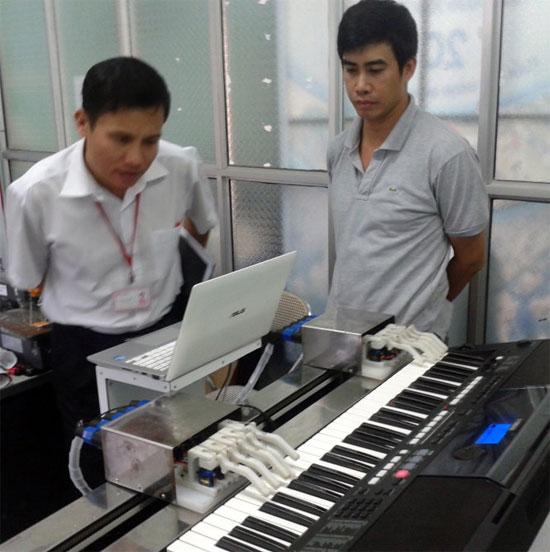 Robot chơi đàn organ của thầy giáo