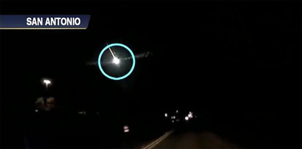 Video: Cầu lửa xuất hiện trên bầu trời Mỹ