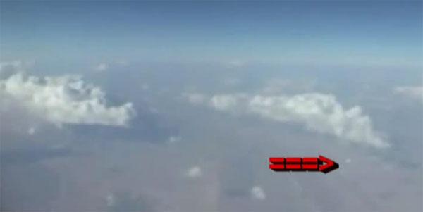 """Video: Vật thể lạ """"áp sát"""" máy bay chở khách"""