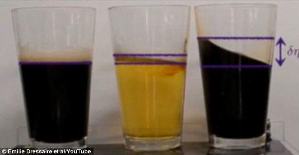Tại sao bia lại khó tràn cốc hơn cà phê?