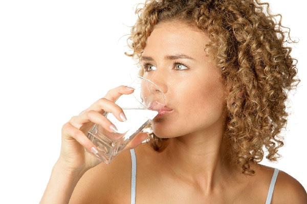 Uống nước khi mới ngủ dậy