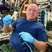 NASA email một cái cờ lê lên trạm không gian ISS