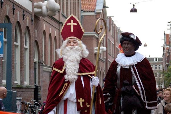 Tại Hà Lan quỷ lùn mặt đen Piet (Zwarte Piet), sẽ leo xuống theo đường ống khói để đổ đầy kẹo và đồ chơi vào guốc gỗ cho những đứa trẻ ngoan