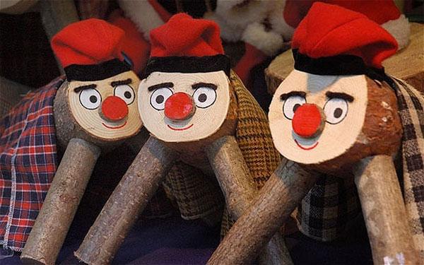 Bắt gỗ thải ra bánh kẹo (Catalonia), phong tục bắt nguồn từ xứ Catalan, Tây Ban Nha vẫn còn lưu truyền đến ngày nay.