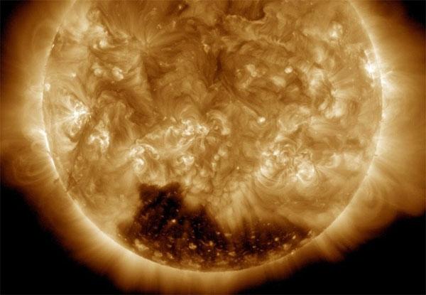 Giải mã hiện tượng bí ẩn tại cực nam Mặt Trời