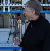 Bill Gates uống thử nước trích xuất từ phân người