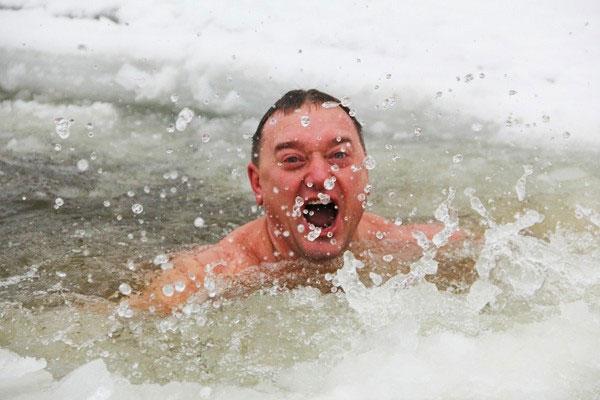Choáng với trào lưu tắm nước đá giữa trời tuyết