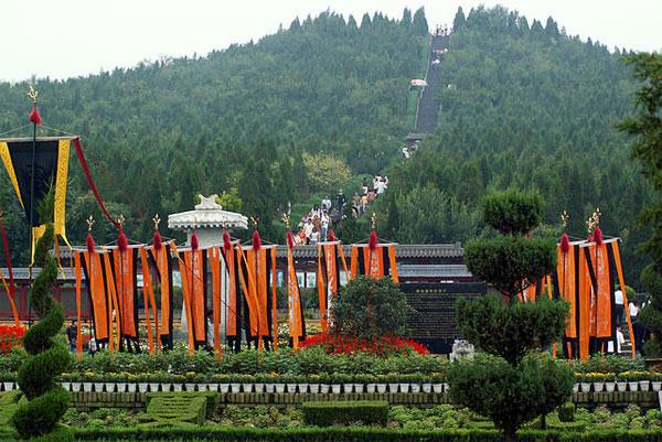 Lăng mộ của Tần Thủy Hoàng được bao phủ bởi thảm thực vật trông giống như một ngọn đồi.