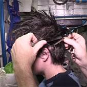 Video: Phi hành gia cắt tóc trong vũ trụ như thế nào?