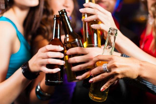 Chất cồn trong rượu bia sẽ làm cơ thể mất nước, khi cơ thể mất nước, dù chỉ 3% cũng đủ khiến đầu óc bạn choáng váng.