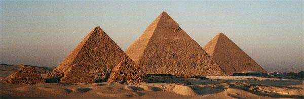 Kim tự tháp là kiến trúc hình chóp có đáy là hình vuông và bốn mặt bên là tam giác đều
