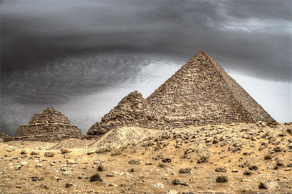 Quá trình xây dựng kim tự tháp rất nặng nhọc và vất vả.  Theo các tài liệu có được, một nhân công trung bình chỉ có thể phục vụ trong khoảng 3 năm là tối đa.