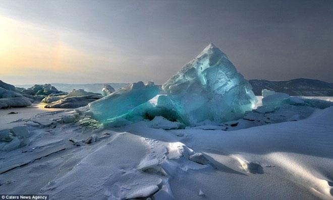 Vẻ đẹp huyền diệu của động băng lúc mặt trời mọc ở Siberia