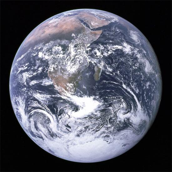 Trái đất là một khối cầu dẹt ở hai cực.
