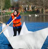 Video: Thuyền giấy có thể chở người nổi trên hồ