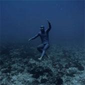 """Video: Thợ lặn chạy dưới nước với tốc độ """"khủng"""""""
