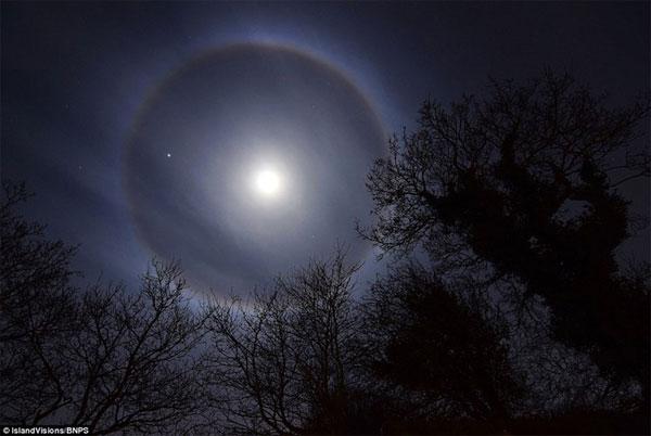 Vầng hào quang của mặt trăng xuất hiện ở Anh