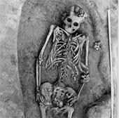 Hài cốt người mẹ và hai đứa con hơn 7.000 năm tuổi