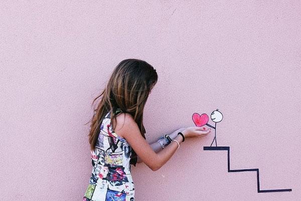 Thay vì đón Valentine một mình, hãy thử giao lưu gặp gỡ với mọi người.