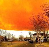 Tây Ban Nha: Mây độc màu da cam bao phủ bầu trời