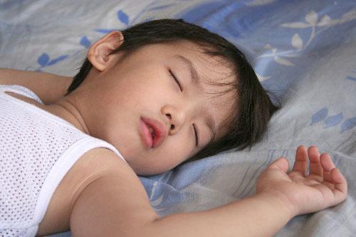 Nguyên nhân và cách đối phó khi trẻ ra nhiều mồ hôi tay, chân