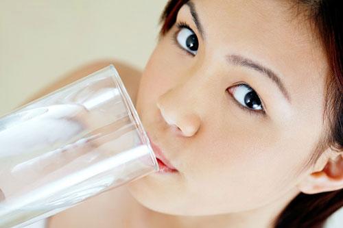 Tại sao cần uống nước vào buổi sáng