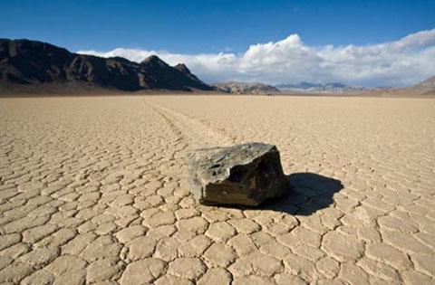 Những hòn đá tự di chuyển