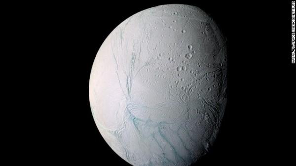 Phát hiện có hồ nước nóng trên Mặt Trăng Sao Thổ