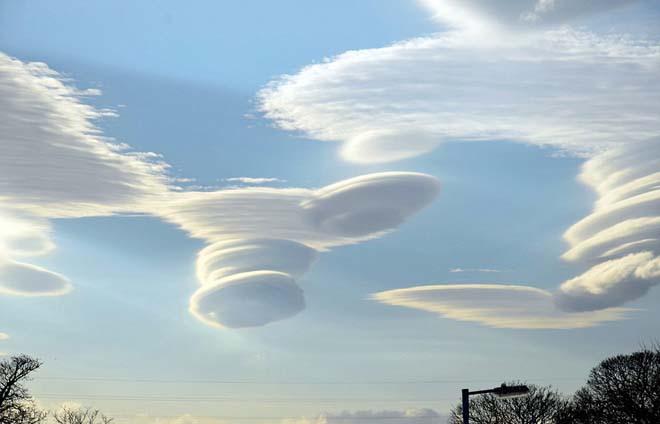 Những đám mây hình đĩa bay trên bầu trời Anh